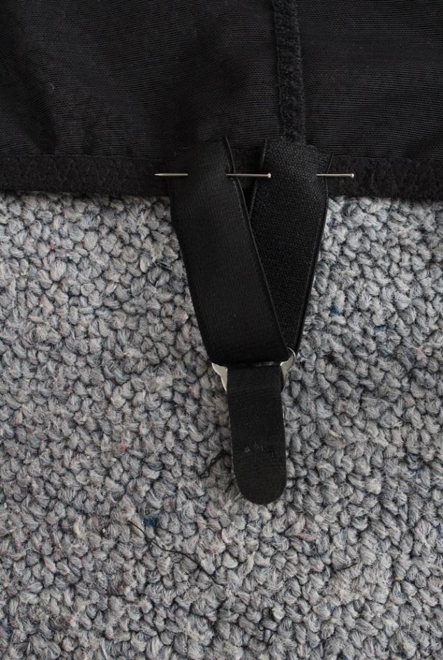 15 Pinned garter